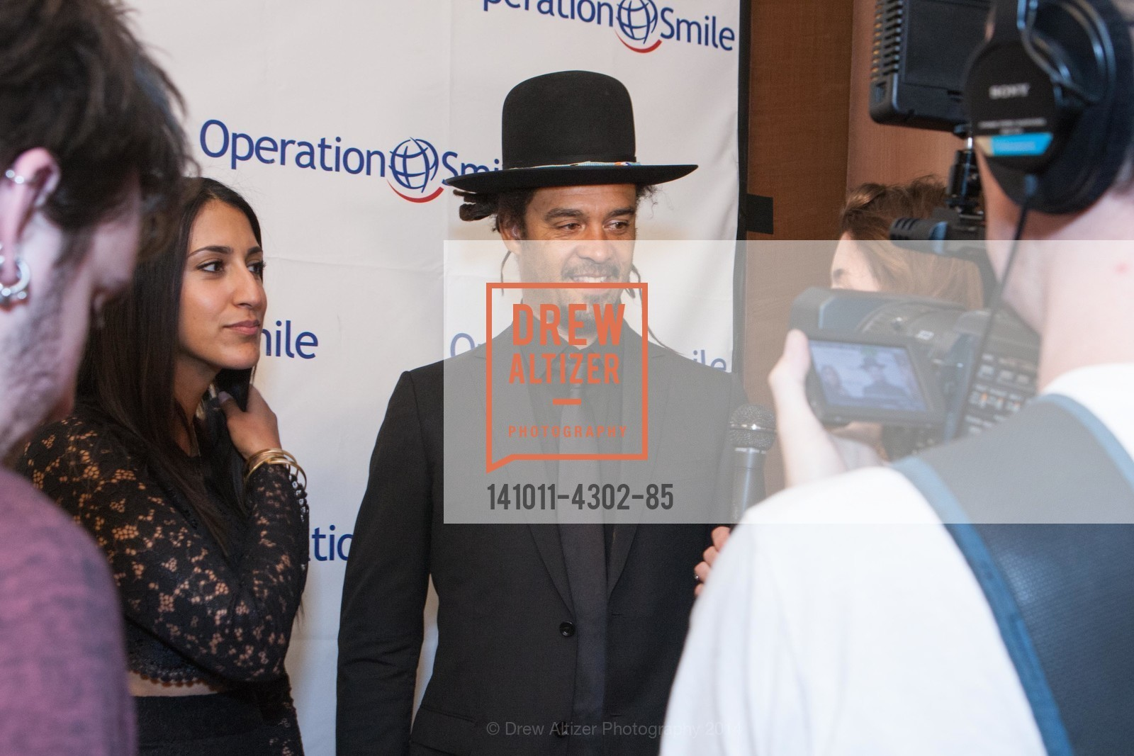 Sara Agah, Michael Franti, Photo #141011-4302-85